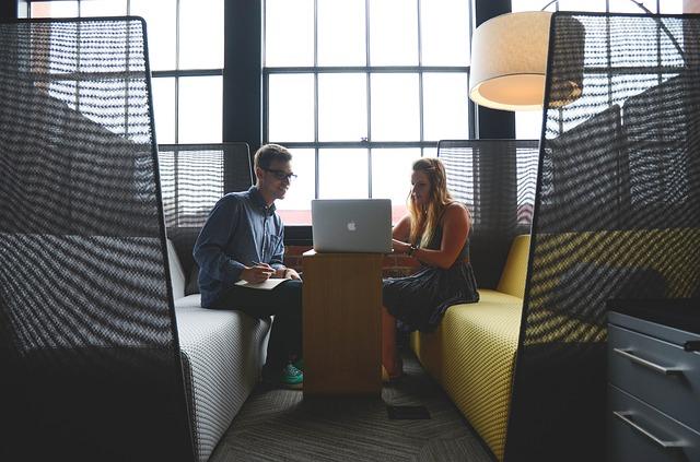 muž a žena při pracovní schůzce