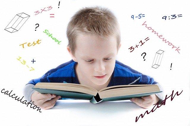 malý chlapec při studiu matematiky