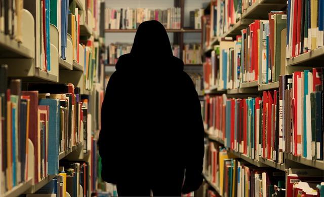 postava v knihovně