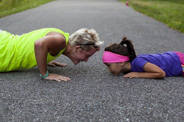 klikující matka s dcerou