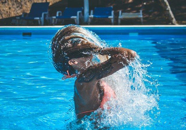 cákání v bazénu