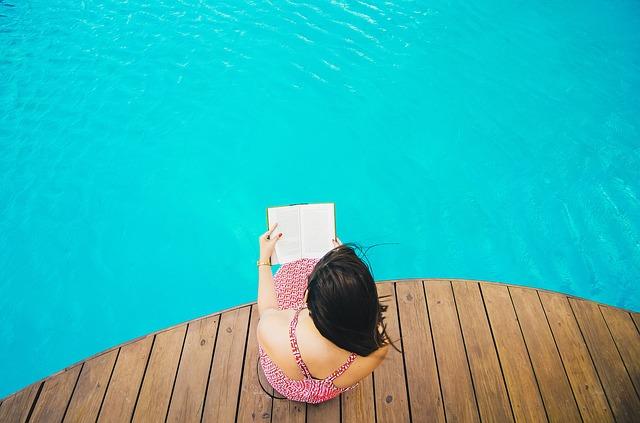 čtení u bazénu