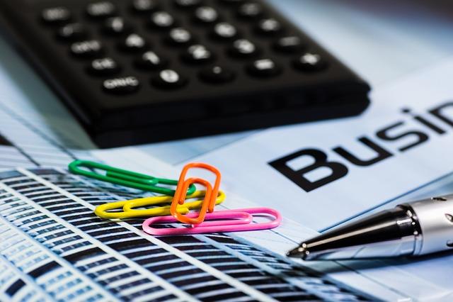 kalkulačka, kancelářské sponky a pero.jpg