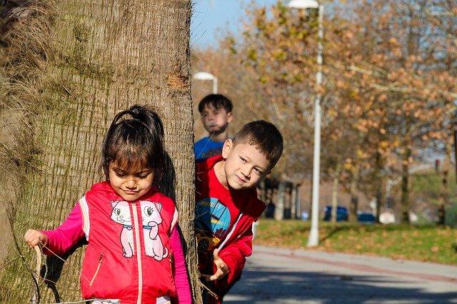 děti u stromu