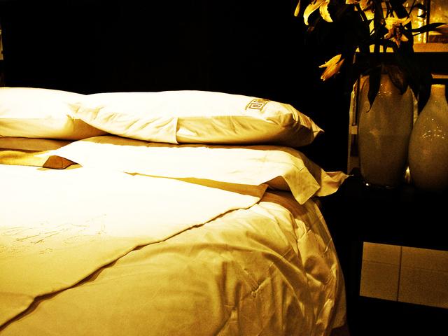 ustlaná postel v ložnici