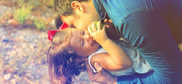 otec s malou dcerkou