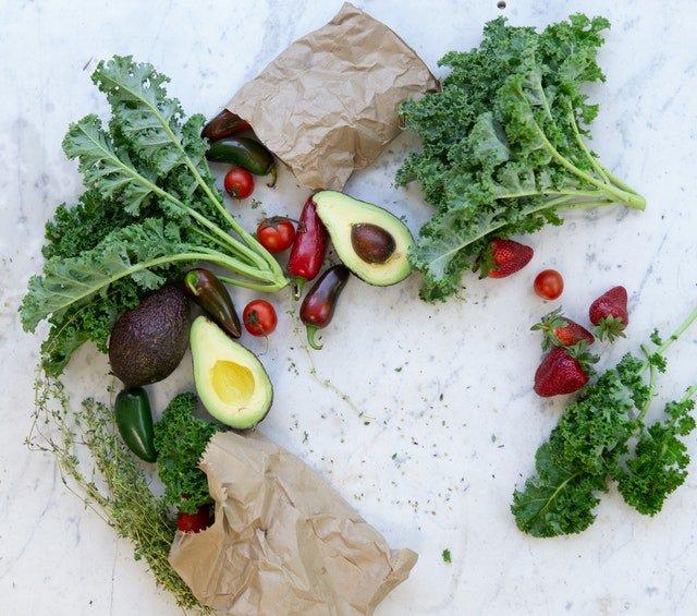 papírové pytlíky s ovocem a zeleninou