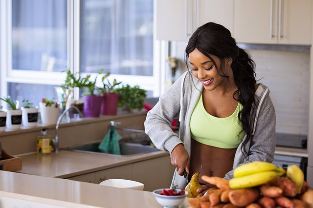 příprava jídla, žena v kuchyni