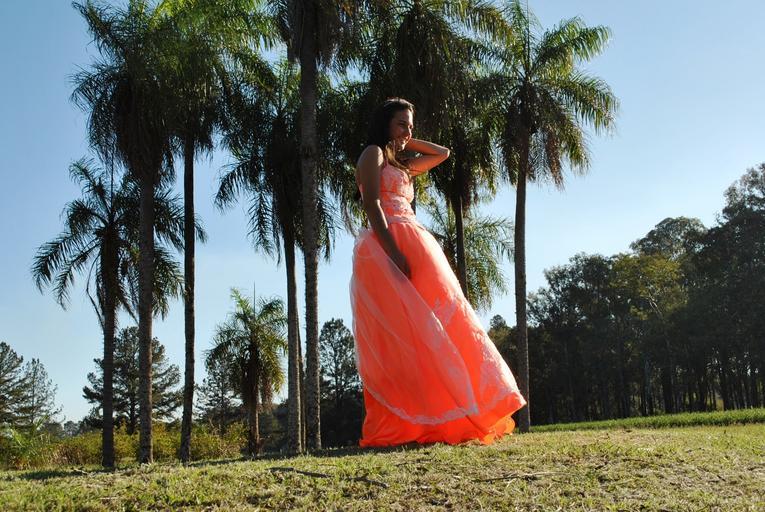 dívka v oranžových šatech