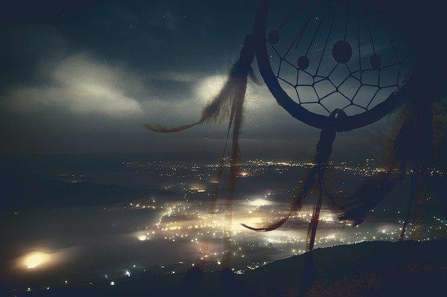 lapač snů a noční město v pozadí